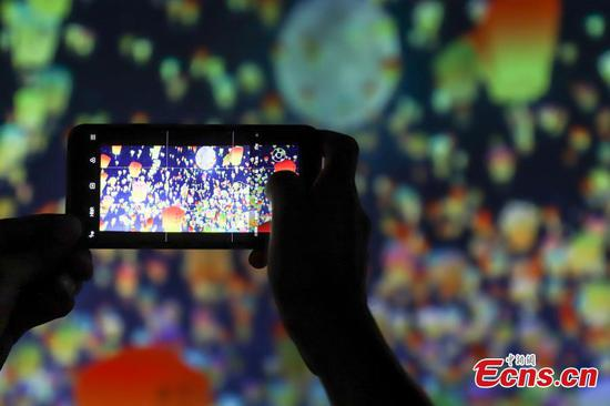Amazing light show attracts tourists in Guiyang