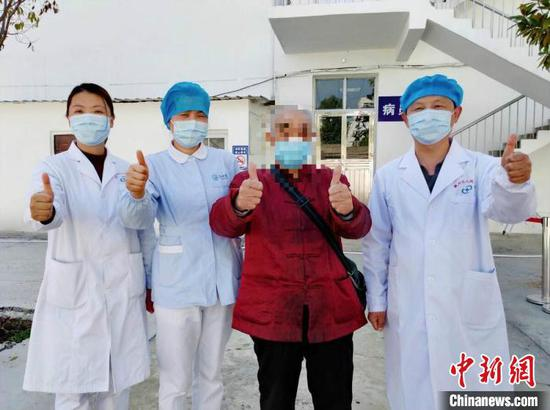 A 90-year-old man (R, 2nd) was discharged from hospital in Xiangyang, Hubei Province, March 15, 2020. (Photo/China News Service)